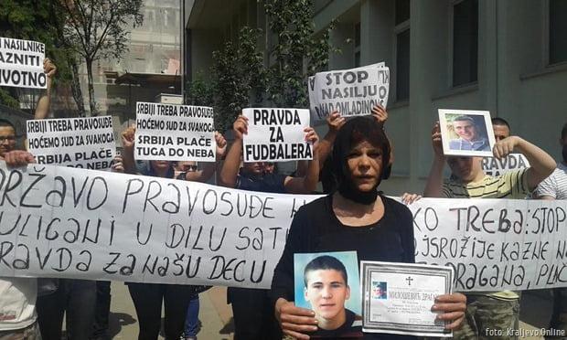 Protest ispred suda